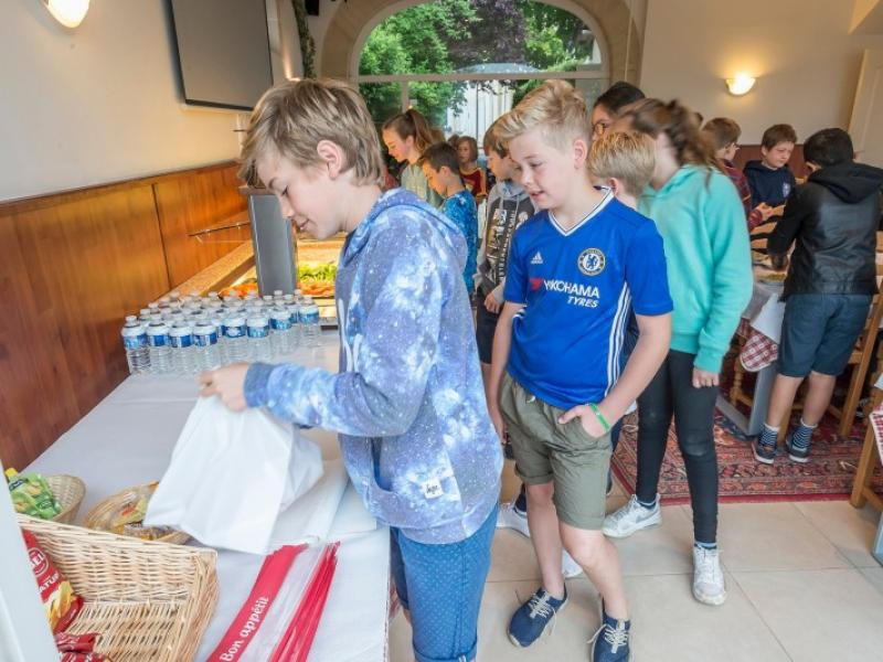 Children selecting own lunch choices